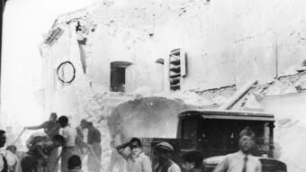 Un edifici del carrer Nou de Figueres, després d'un bombardeig.  Biblioteca Nacional / Corriere della sera
