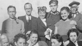 Un grup d'escriptors embarcat en el vaixell Florida, cap a Buenos Aires, el desembre de 1939. El segon i quart per l'esquerra, Benguerel i Oliver, respectivament. ARXIU