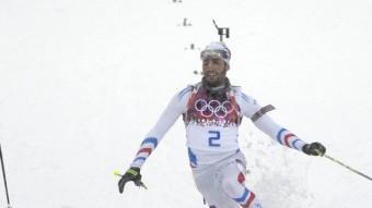 Fourcade (dreta) es llença a la desesperada en l'arribada a meta, mentre Svendsen aixeca els braços convençut de la victòria Foto:AFP