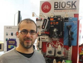 Josué Sospedra davant d'un dels expositors Biosk d'una gasolinera.  Foto:J.A