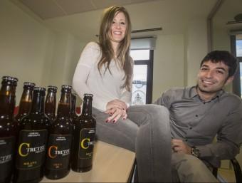 Anna Lafont i Abel Sánchez mostren les varietats Solana i Obaga de la nova cervesa artesana.  ALBERT SALAMÉ