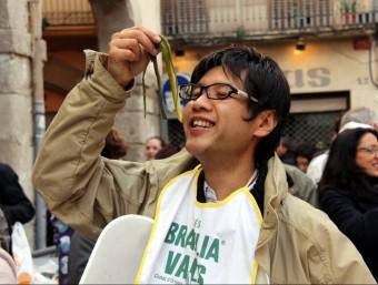 Un turista japonès participa en la gran festa de la calçotada de Valls el gener passat.  ACN