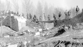Presoners reconstruint un pont a les comarques gironines.