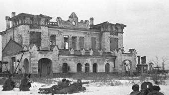 En el setge de Leningrad uns equips de metralladors soviètics contenen l'ofensiva alemanya a una estació abandonada B.K