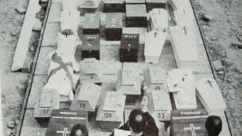 """Imatge de l'enterrament de cossos de requetès a Montserrat. DEL LLIBRE """"ASÍ ERAN NUESTROS MUERTOS"""" DE MOSSÈN SALVADOR NONELL"""