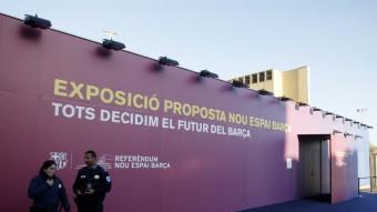 L'exterior de l'exposició sobre la reforma de l'Espai barça. ORIOL DURAN