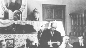 Les reunions de l'Institut d'Estudis Catalans van ser prohibides i es van haver de celebrar durant molt de temps en la clandestinitat. A la foto una reunió a casa de Lluís Bonet i Garí a finals dels anys quaranta IEC / Fons fotogràfic de josep salvany i blanch