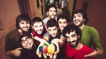 Els vuit músics de Txarango.   IBAI ACEVEDO