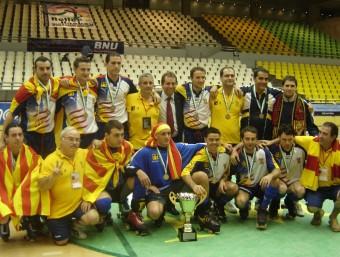 La selecció catalana que va guanyar el mundial B de Macau amb el trofeu i les medalles ANNA FERRER