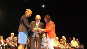 L'alcaldessa, Marta Felip, i la regidora de Benestar, Dolors Pujol, homenatjant un dels veïns que aquest any compleix noranta anys. Foto:M.VICENTE