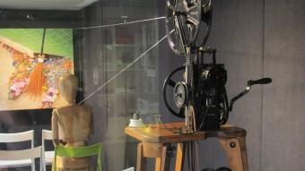 El projector del Museu del Cinema DE L'ANY 1912 S'EXPOSA A L'APARADOR DE CAL REI D.V