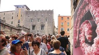 El portal de Sobreportes, a tocar la plaça de la Catedral, ple de gent MANEL LLADÓ