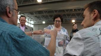 Una veïna de Girona exercint el seu dret a vot, ahir, en un col·legi electoral LLUIS SERRAT