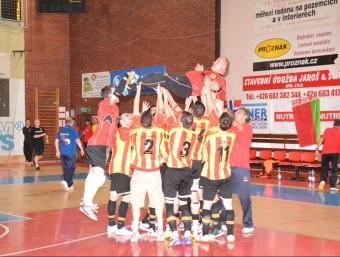 Els jugadors de Catalunya mantegen el seu company Dani Asensi al final del partit. T.M