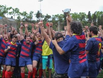 La secció de rugbi del Barça celebrant l'ascens a la divisió d'honor Foto:JAUME ANDREU