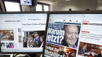 Portades de mitjans estrangers cobrint la notícia de l'abdicació de Joan Carles I SERGIO BARRENECHEA/EFE