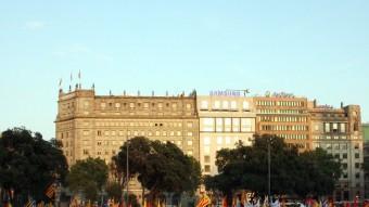 Banderes estelades, republicanes i comunistes a la manifestació a favor de la República, aquest dilluns al vespre a la plaça de Catalunya de Barcelona ACN