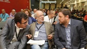L'eurodiputat electe d'ERC Josep Maria Terricabras parla amb el president dels republicans, Oriol Junqueras, aquest dissabte al Consell Nacional Foto:ORIOL DURAN