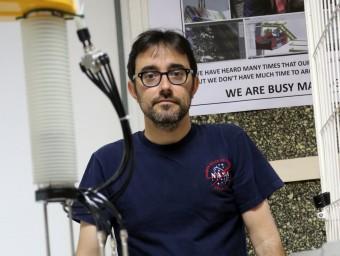 Eugenio Garnica posa junt al prototip que s'instal·larà a Mataró.  QUIM PUIG