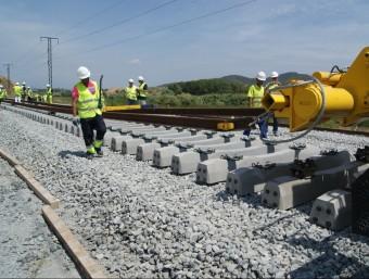 Operaris de les obres de la línia d'alta velocitat treballen el 2012 en el tram entre Barcelona i Mollet del Vallès.  ARXIU