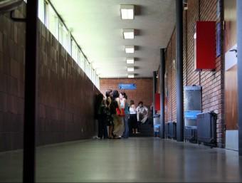 Un grup d'alumnes a la Facultat d'Econòmiques de la UB.  Foto:ARXIU / MARTA MARTÍNEZ