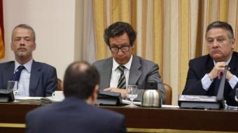 El vicepresident segon de la Comissió de Justícia del Congrés, Antonio Camacho, el vicepresident primer, Carlos Floriano, i el president, Alfredo Prada, durant la sessió en què s'ha debatut l'aforament de Joan Carles I EFE