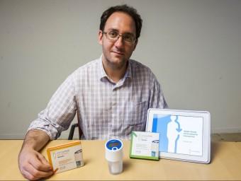 El fundador de la companyia, Rosendo Garganta, amb el primer dispositiu que han creat.  JOSEP LOSADA