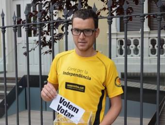 Marc Pinsach amb la butlleta del 'Volem votar' PLATAFORMA PRO SELECCIONS ESPORTIVES CATALANES