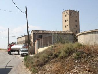 Un camió cisterna subministrant aigua al dipòsit de la Pobla de Massaluca, ahir al matí ACN