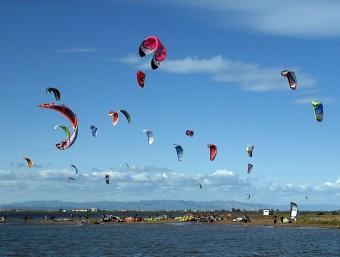 La badia dels Alfacs, a Sant Carles de la Ràpita, ha esdevingut un concorregut punt de reunió per als aficionats al surf d'estel.  LURDES MORESO