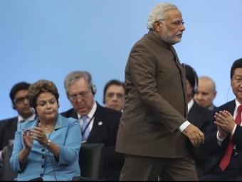 El primer ministre indi, Narendra Modi, caminant entre la presidenta brasilera, Dilma Rousseff, i el president xinès, Xi Jinping, a la cimera dels BRICS de juliol.  REUTERS