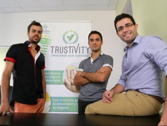 Els impulsors de Trustivity, a les oficines de Mataró des d'on treballen.  QUIM PUIG