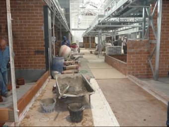 A l'interior del mercat Sagarra es treballa en la construcció de les parades. M.MEMBRIVES