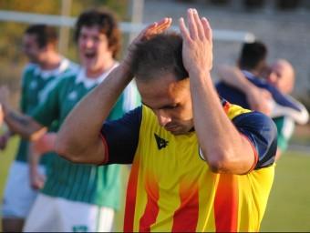 Andrés Borges es lamenta de la derrota un cop l'àrbitre va assenyalar el final del partit, ahir a Ternovca ÁLVARO MONTOLIU / FCF