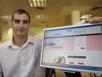El director general, David Ciudad, mostra el portal web de Populetic.  ORIOL DURAN