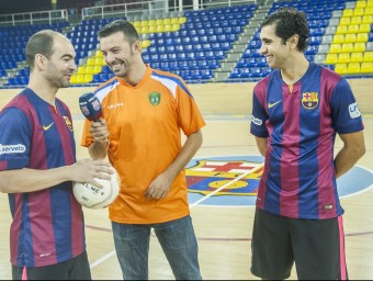Llorenç Tarrés, amb la samarreta de l'Escola Pia Sabadell i el micròfon de Barça TV, amb Wilde i Gabriel Foto:JOSEP LOSADA