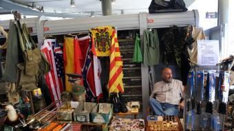 L'Enric regenta una de les poques parades del mercat dels Encants on es poden trobar banderes, en aquest cas, de tot tipus. QUIM PUIG
