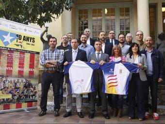 Ramon Basiana i Ivan Tibau , al mig, amb alguns dels integrants de la selecció catalana i d'altres autoritats en l'acte d'ahir al Museu Melcior Colet ORIOL DURAN