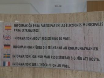 Panell informatiu que tapa la placa on figurava el nom de l'ex-alcalde. EL PUNT AVUI