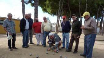 El grup d'amics aficionats a la petanca, a la plaça de Can Bech, a Palafrugell, on es troben cada dia menys el diumenge JOAN TRILLAS
