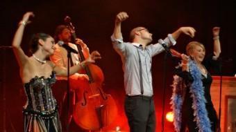 Carles Cors, entre Aina Sánchez i Mont Plans, ballant el 'Shimmy de la neurastènia' JOAN DELGADO