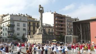 Una imatge del Concurs de Colles Sardanistes de Girona, ahir a la plaça del Lleó. La colla barcelonina Mare Nostrum va ser coronada la millor de Catalunya GLÒRIA SÁNCHEZ / ICONNA