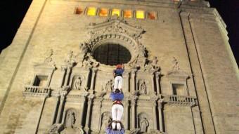 El pilar dels Marrecs, en acció, ahir en una plaça de la Catedral plena. JOAN SABATER