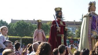 Una imatge de la plantada de gegants, ahir al Parc del Migdia de Girona, en l'inici de la trobada. Nombrós públic va seguir el recorregut fins a la plaça del Lleó GLÒRIA SÁNCHEZ / ICONNA