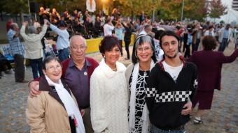 La Montserrat, en Sebastià, la Montserrat, la Maria Àngels i en Víctor, ahir a la ballada de Fires de Girona JOAN CASTRO