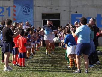 Els jugadors de la Santboiana, sortint al camp en el derbi contra el FC Barcelona. EDU RODRÍGUEZ