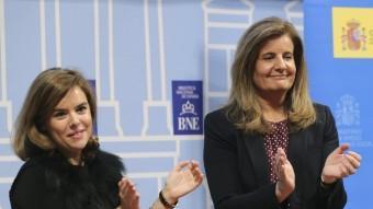 La vicepresidenta del govern espanyol, Soraya Sáenz de Santamaría, i la ministra de Treball, Fátima Báñez, aquest dimarts en l'acte de lliurament de les Medalles d'Or al Mèrit Laboral EFE