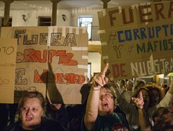 Manifestació contra la corrupció a Valdemoro, un dels municipis madrilenys on actuava la xarxa desmantellada en l'operació Púnica.  REUTERS