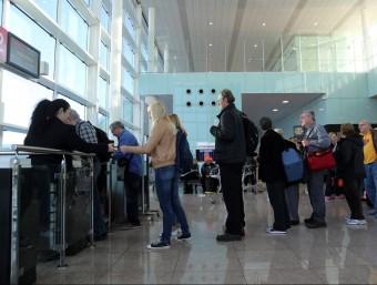 Cua d'embarcament a l'aeroport del Prat-Barcelona.  Foto:QUIM PUIG