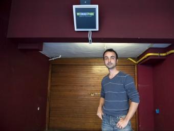 Jaume Mayor davant un dels pàrquings associats ubicat al centre de Barcelona.  Foto:JOSEP LOSADA